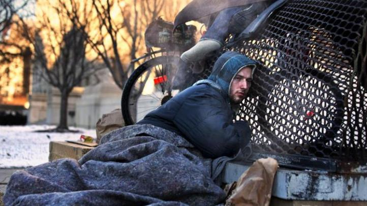 Hình : Nicholas Simmons warms himself on a steam grate with three homeless men by the Federal Trade Commission